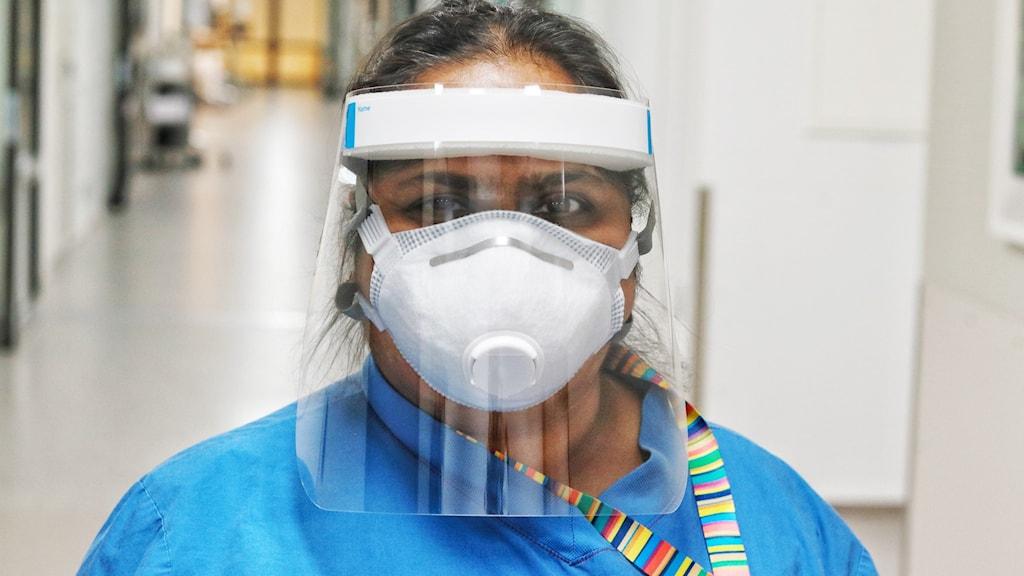 Lisa Berglund, intensivvårdssjuksköterska på US i Linköping, klädd i skyddsutrustning.