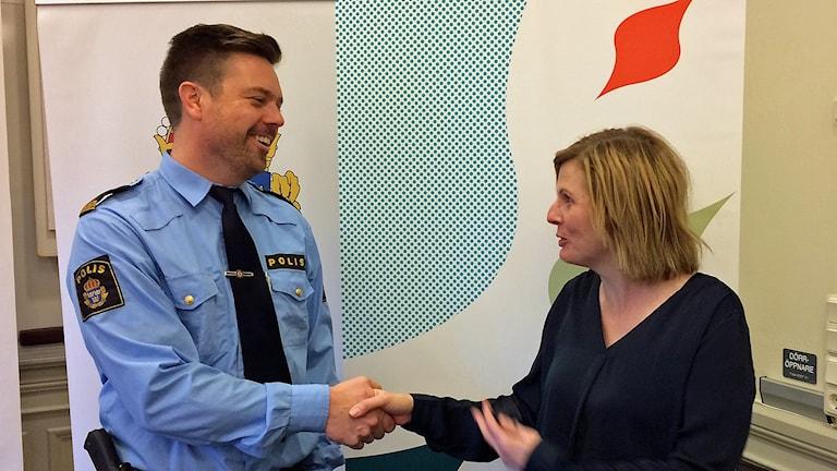 Kommunpolisen Joel Gerdin och borgmästaren Helena Balthammar.