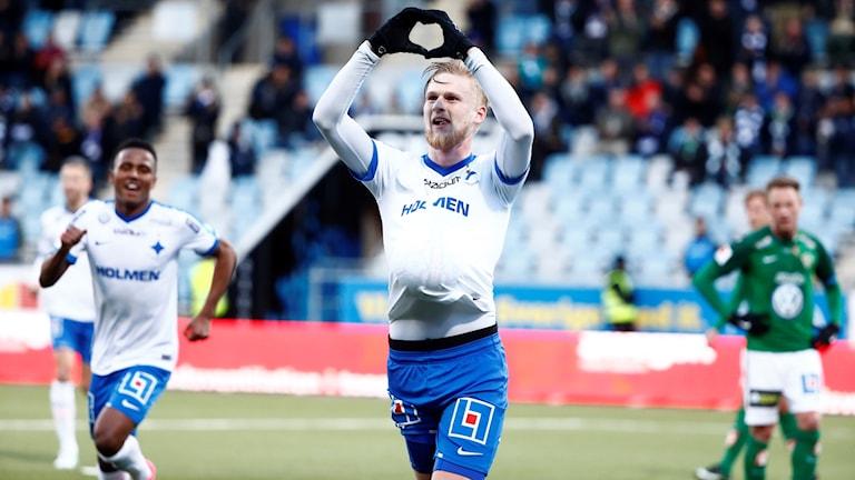Kalle Holmberg med händerna i luften.