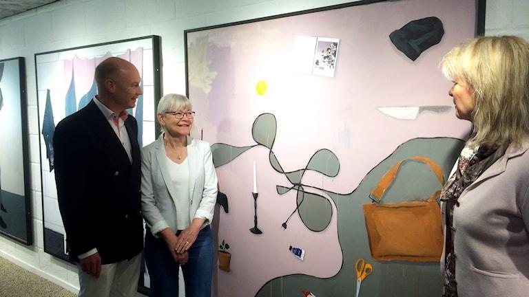 Jan Germundsson stabschef på Saab, Margaretha Gustavsson och Margareta Samuelsson från konstföreningen.