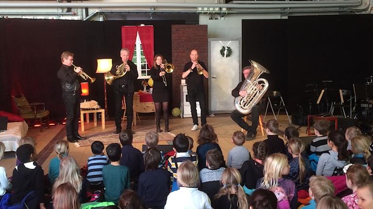 Östgötamusiken spelar för barn.