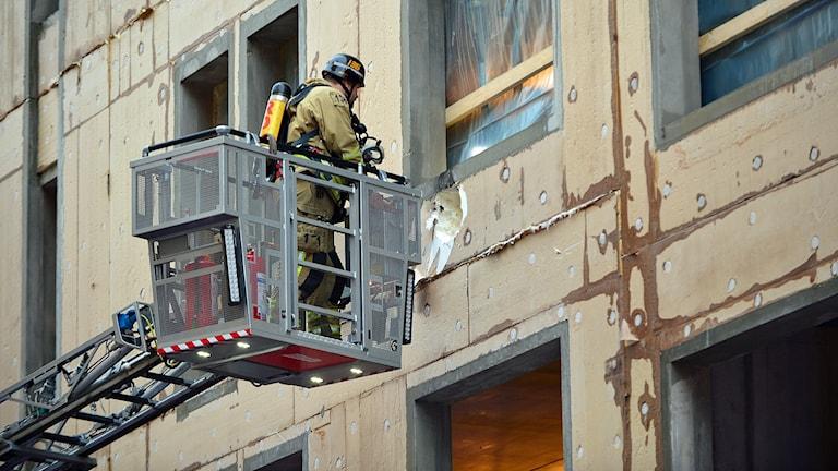 Fyrverkeripjäsen fastnade i isoleringen och orsakade en mindre brand.