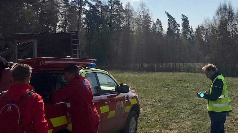 Försvaret vattenbombar över skogsbranden i Tjällmo.