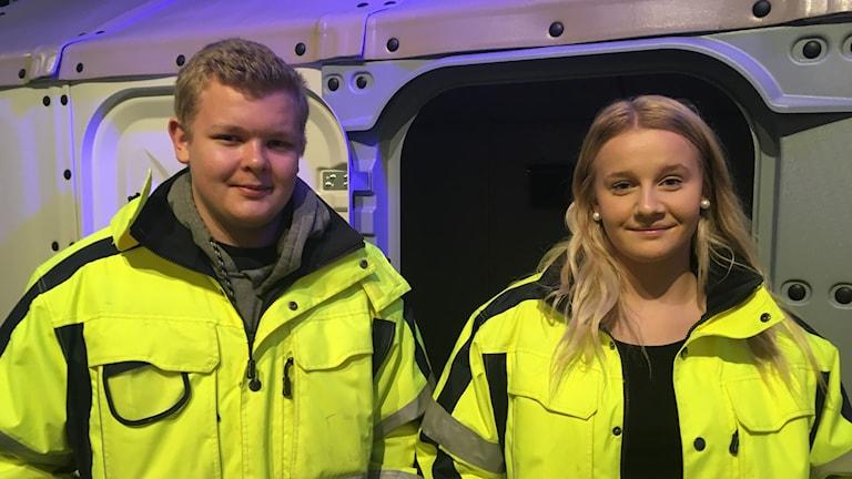 Viktor Sköld och Linnéa Holmer från Ebersteinska gymnasiet har varit med och byggt ihop nödbostaden Better Shelter på Arbetets museum.