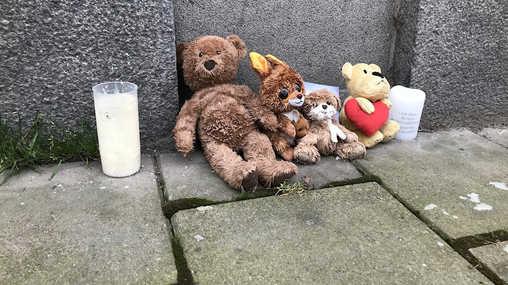 Nallar utanför bostaden där en trårig flicka hittades död i Norrköping i januari.