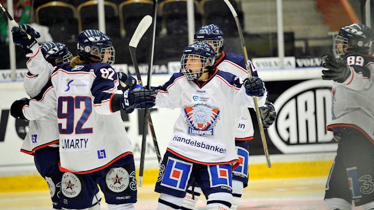 Linköpings damer firar ett mål.