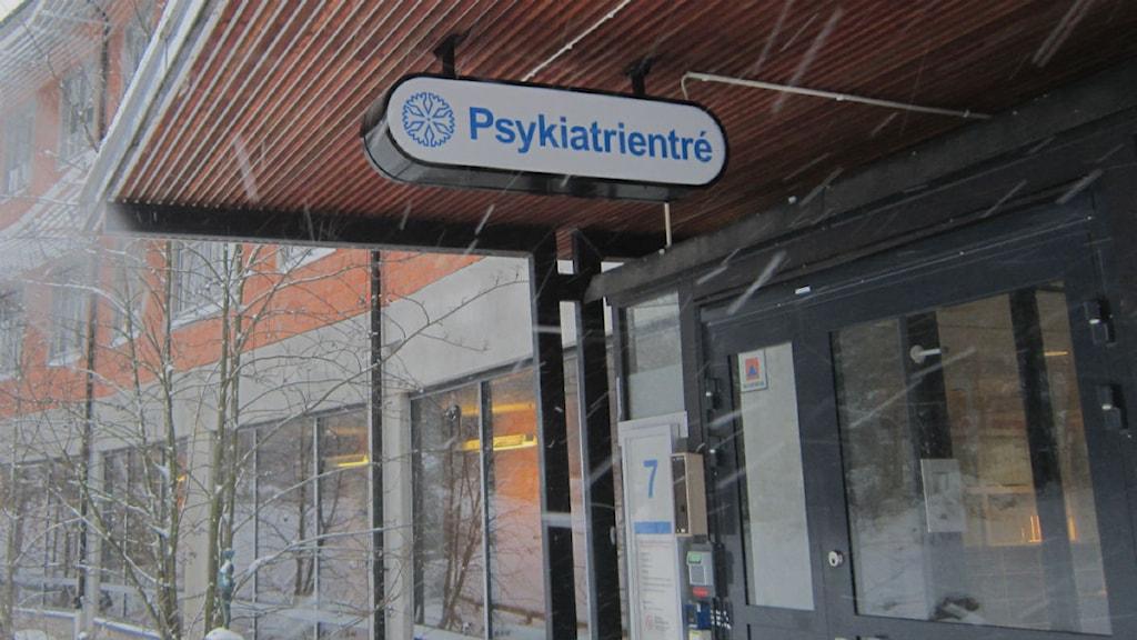 Skylt på entrén till psykiatrin på Vrinnevisjukhuset i Norrköping. Foto: Maria Turdén/Sveriges Radio