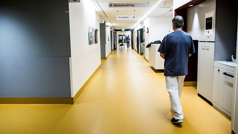 Läkare som går i korridor.