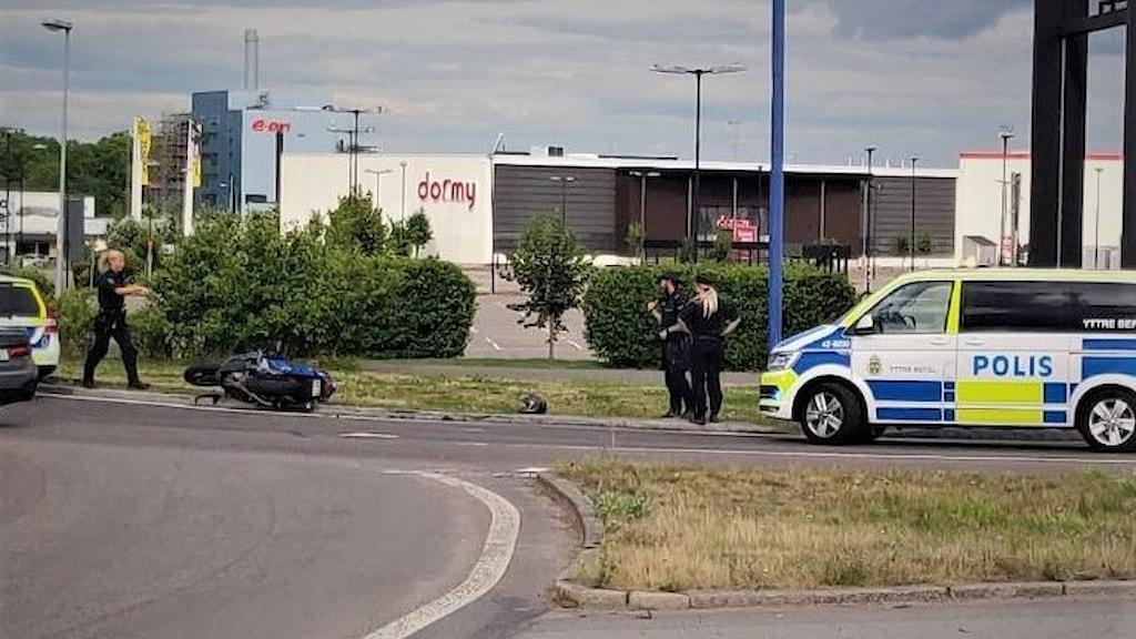 På söndagskvällen larmades flera polispatruller till Ingelstaområdet i Norrköping efter att en mc-förare misstänks för flera olika brott.