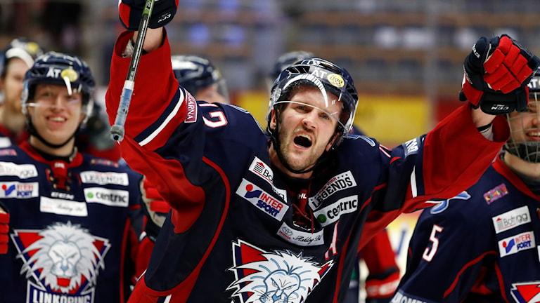 Sebastian Karlsson har förlängt avtalet med LHC.