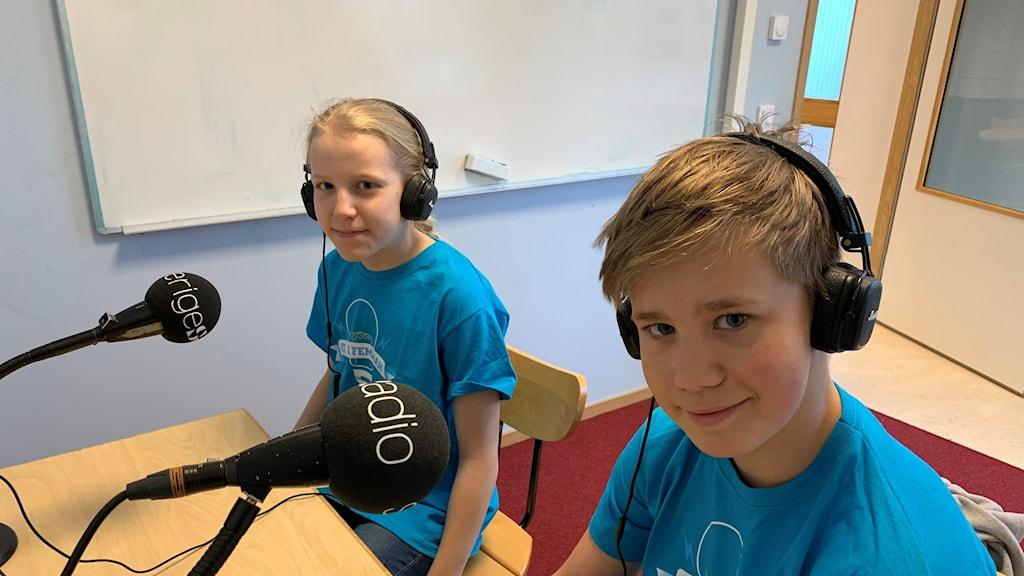 Josefine Cederholm och John Engström från Lillgårdsskolan 5B i Linköping vann den första kvartsfinalen i Vi i femman.