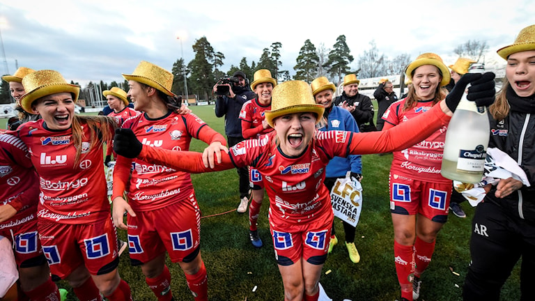 Glada LFC-spelare i guldhattar