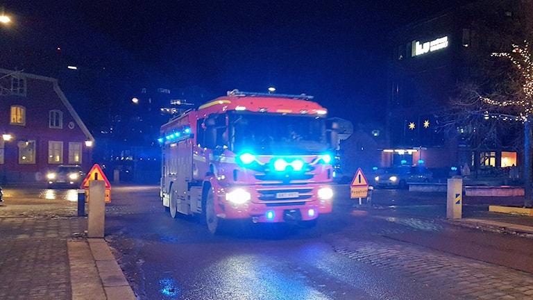 Brandbil under utryckning på Kungsgatan i Norrköping.