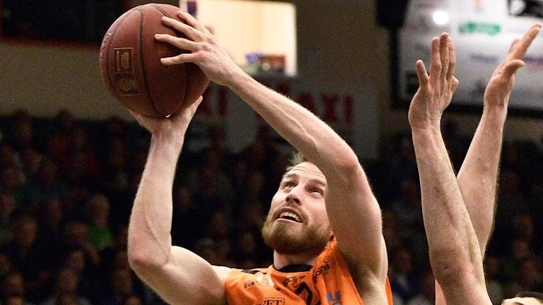 Mikael Lindquist med en basketboll