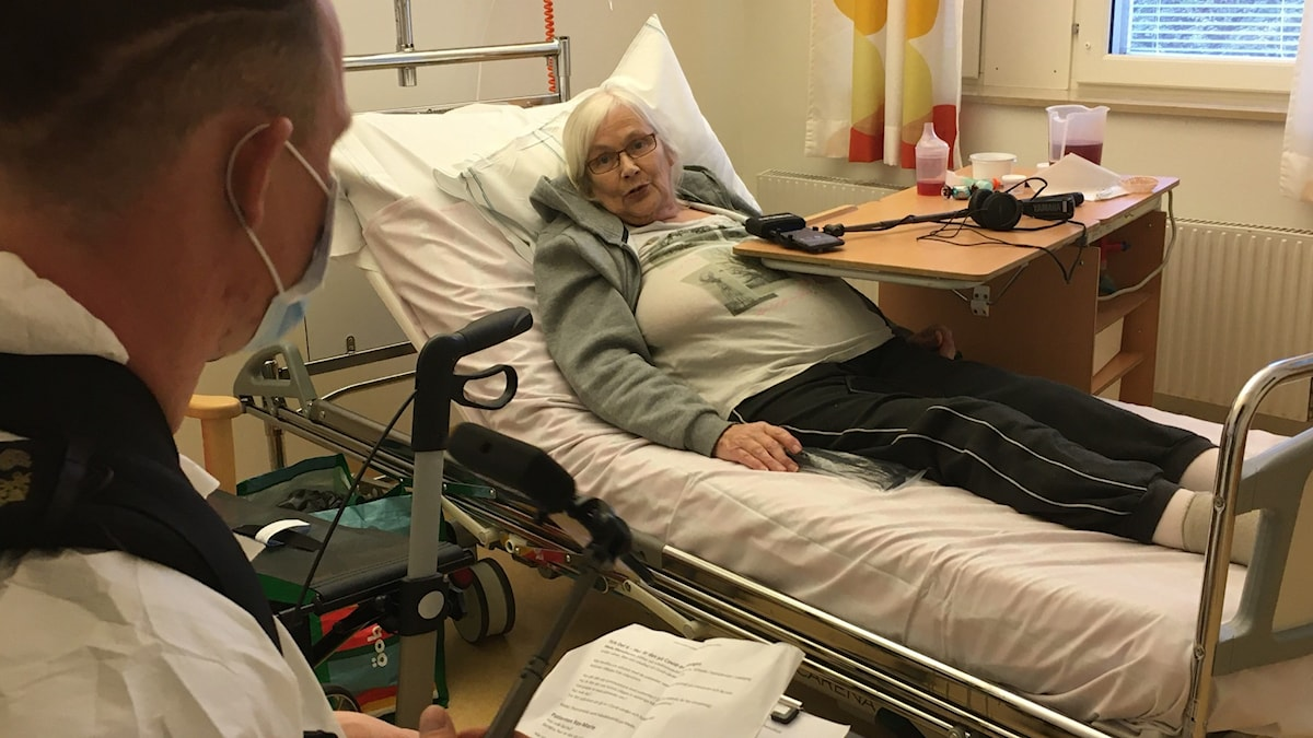 Rose-Marie Jonsson blev sjuk i covid-19 och har legat nersövd i respirator. Reporter Patrik Enlund och Philip Sundén besöker henne på infektionsavdelningen på US.