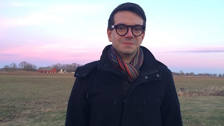Elias Aguirre, socialdemokraterna Linköping framför området där nya bostäder planeras i Vikingstad.
