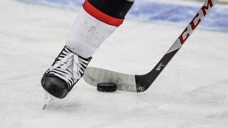 En person spelar ishockey.