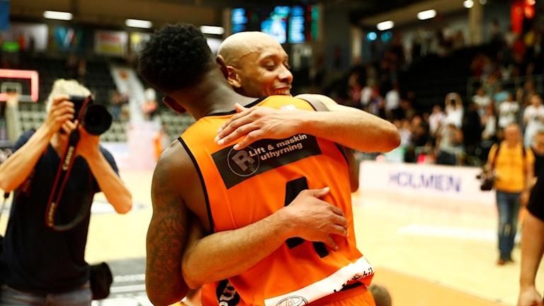 Basketspelare i Norrköping Dolphins kramar om varandra. Foto: Stefan Jerrevång/TT.