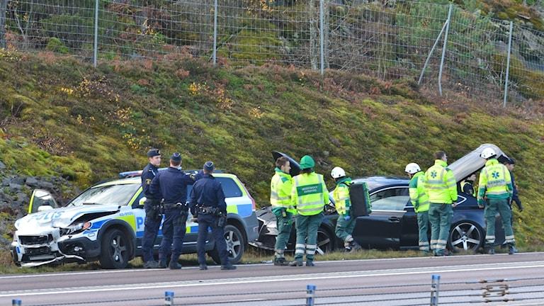 En polisbil och personbil har krockat på E4:an mellan Norsholm och Norrköping.