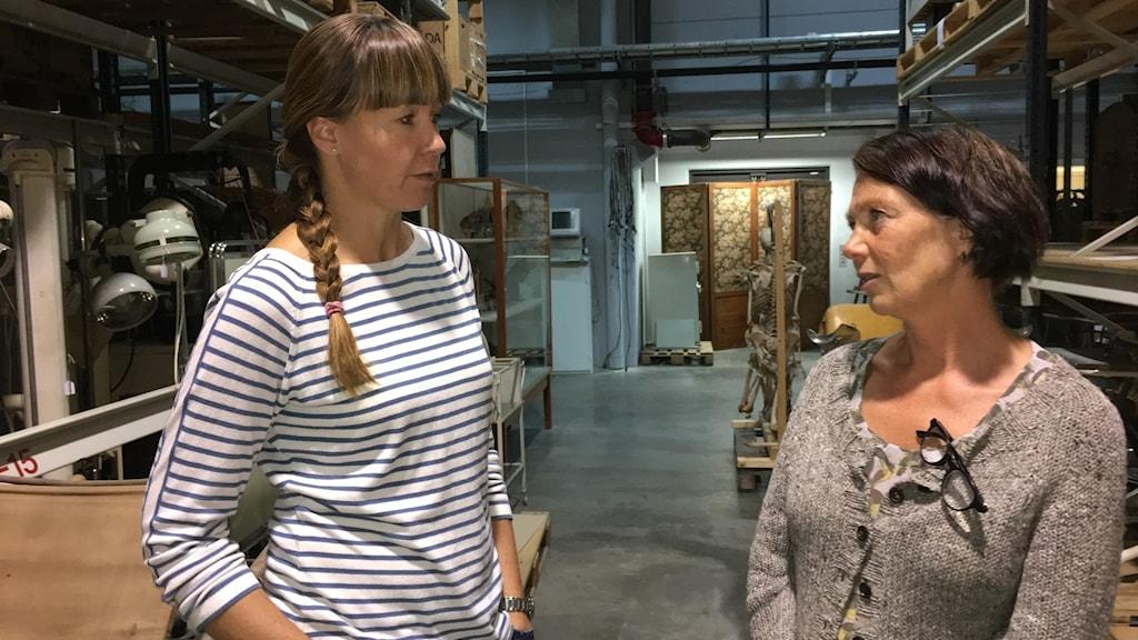 Arkeolog Emma Karlsson och avdelningschef Anna Lindqvist på Östergötlands museum.