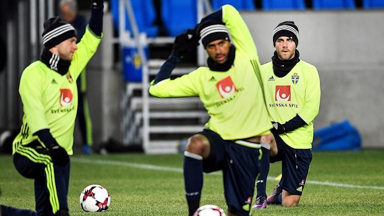 Christoffer Nyman (t h) värmer upp tillsammans med John Guidetti och Isaac Kiese Thelin under träning med det svenska fotbollslandslaget i Budapest.