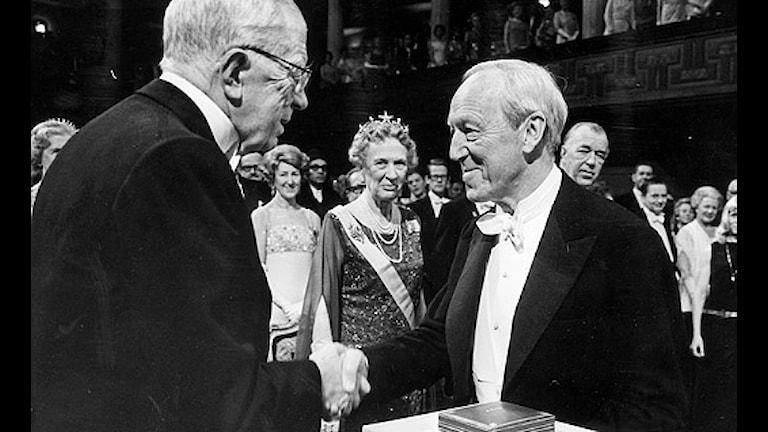 Hannes Alfvén tar emot Nobelpriset i fysik ur Gustaf VI Adolfs hand 1970. Scanpix.