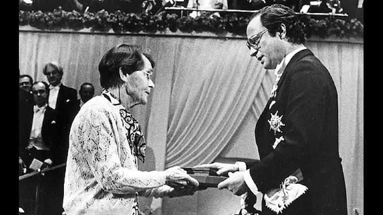 Barbara McClintock och Kung Karl Gustaf. Scanpix.