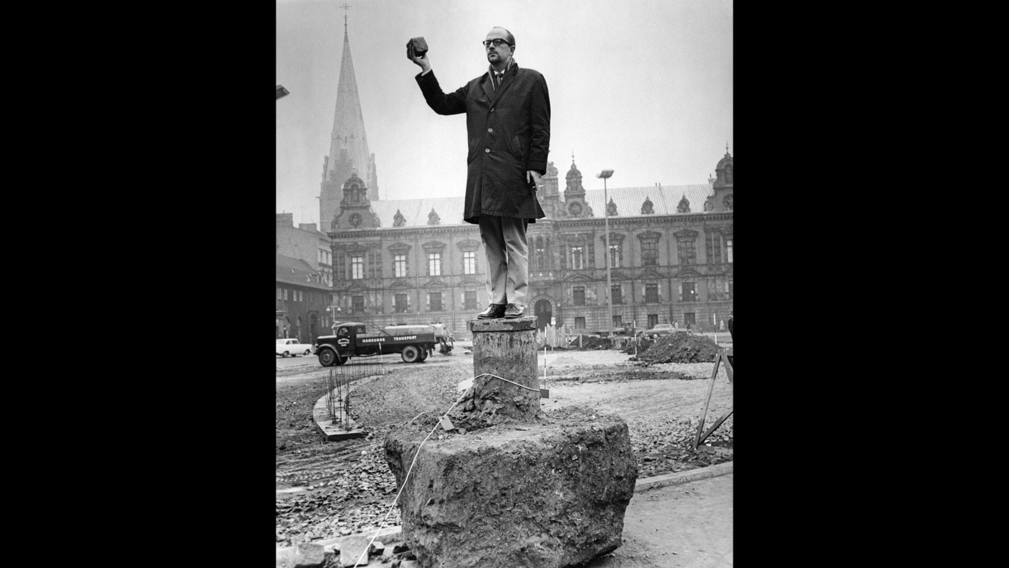 Lasse O'Månsson står i stadsbilden på en statysockel.