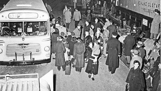 Den första flyktinggruppen ungerska kvinnor och barn kommer till Ystads Saltsjöbad i november 1956. SVT bild.
