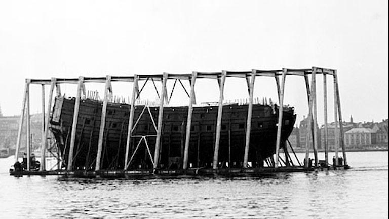 Vasa förs försiktigt mot hamn efter 333 år på havets botten. Foto: Svt Bild.