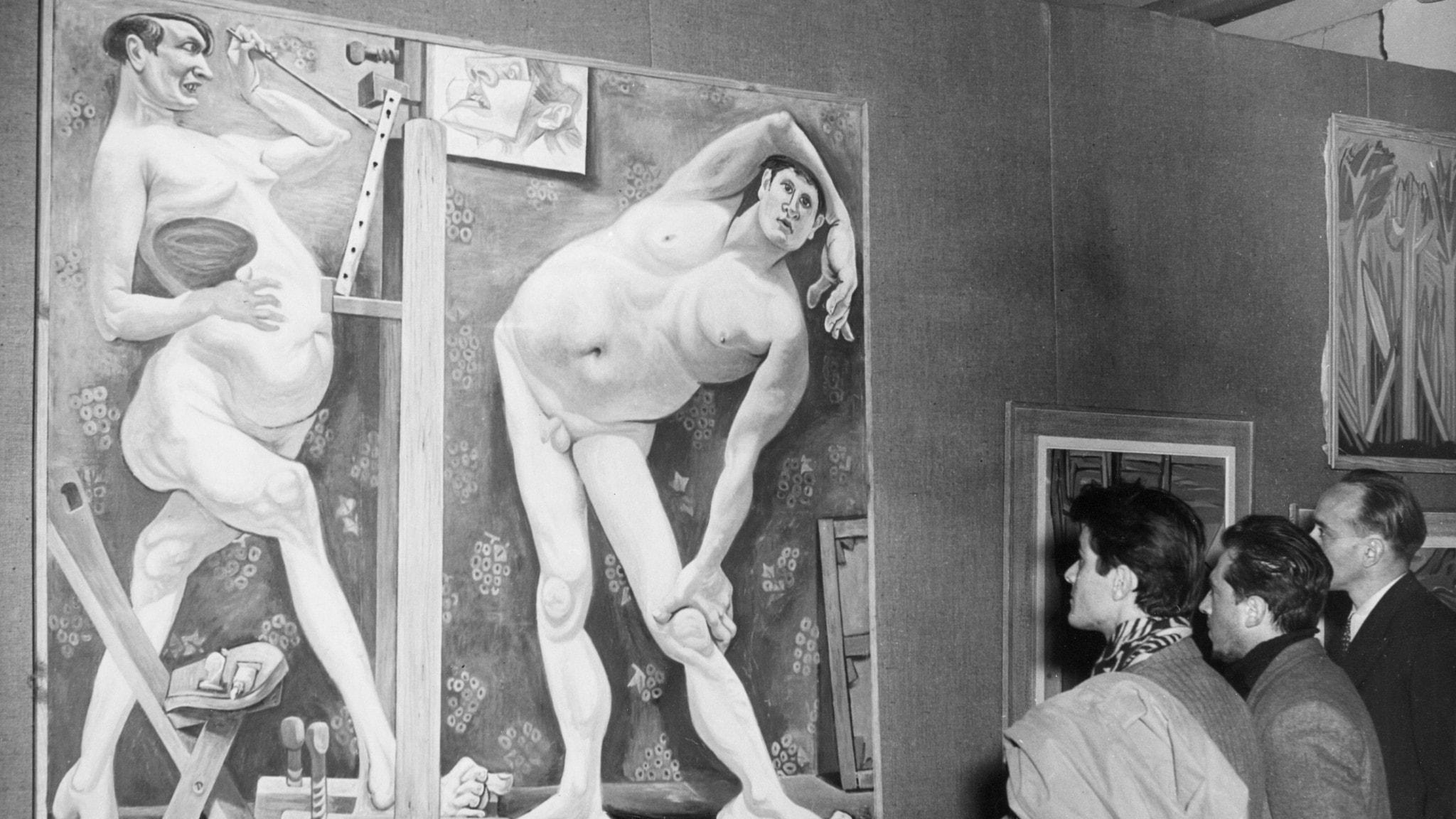 Besökare på konstsalong i Paris betraktar ett verk av Goebel.