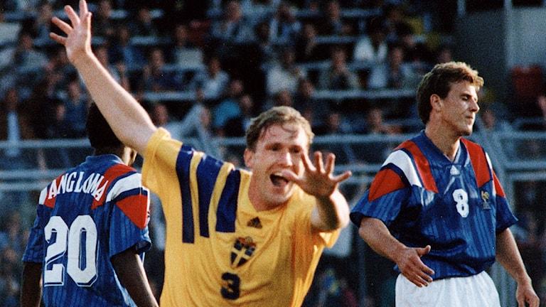 Jan Eriksson drabbas av glädjefnatt efter att ha nickat in 1-0 mot  Frankrike. Foto  Scanpix. 8e5657d958c55