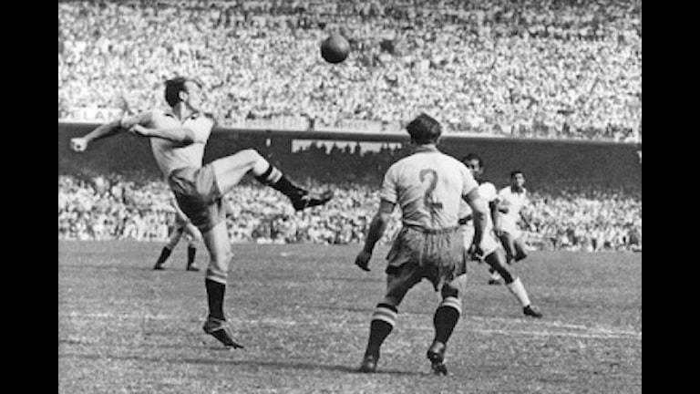 Brasilien slår Sverige med 7-1 i fotbolls VM i Brasilien 1950. Foto: SVT Bild.