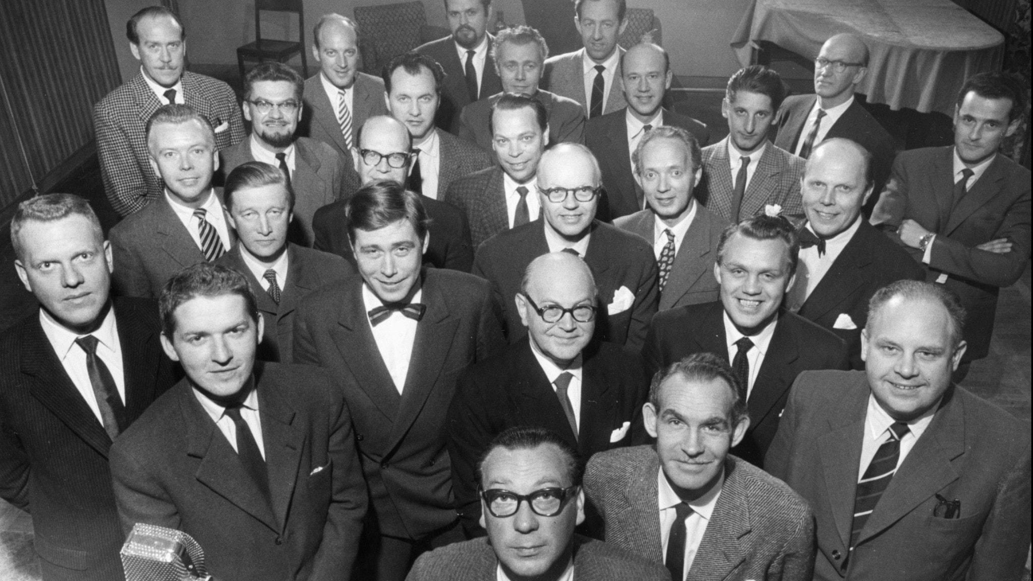 Radions underhållningsavdelning bestående av 28 män samlad för fotografering 1957,