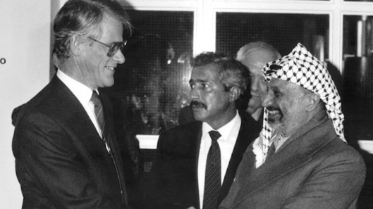 Dåvarande statsminister Ingvar Carlsson (S) skakar hand med Yassir Arafat i Stockholm 6 december 1988./TT