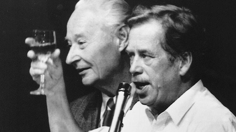 Vaclav Havel tillsammans med Alexander Dubcek 24 november 1989. Dubcek utsågs till parlamentents talman./TT