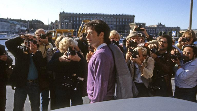 Skådespelaren Johan Travolta i Stockholm 1983, några år efter att han slagit igenom med discomegahiten Saturday Night Fever. Foto: SVT Bild
