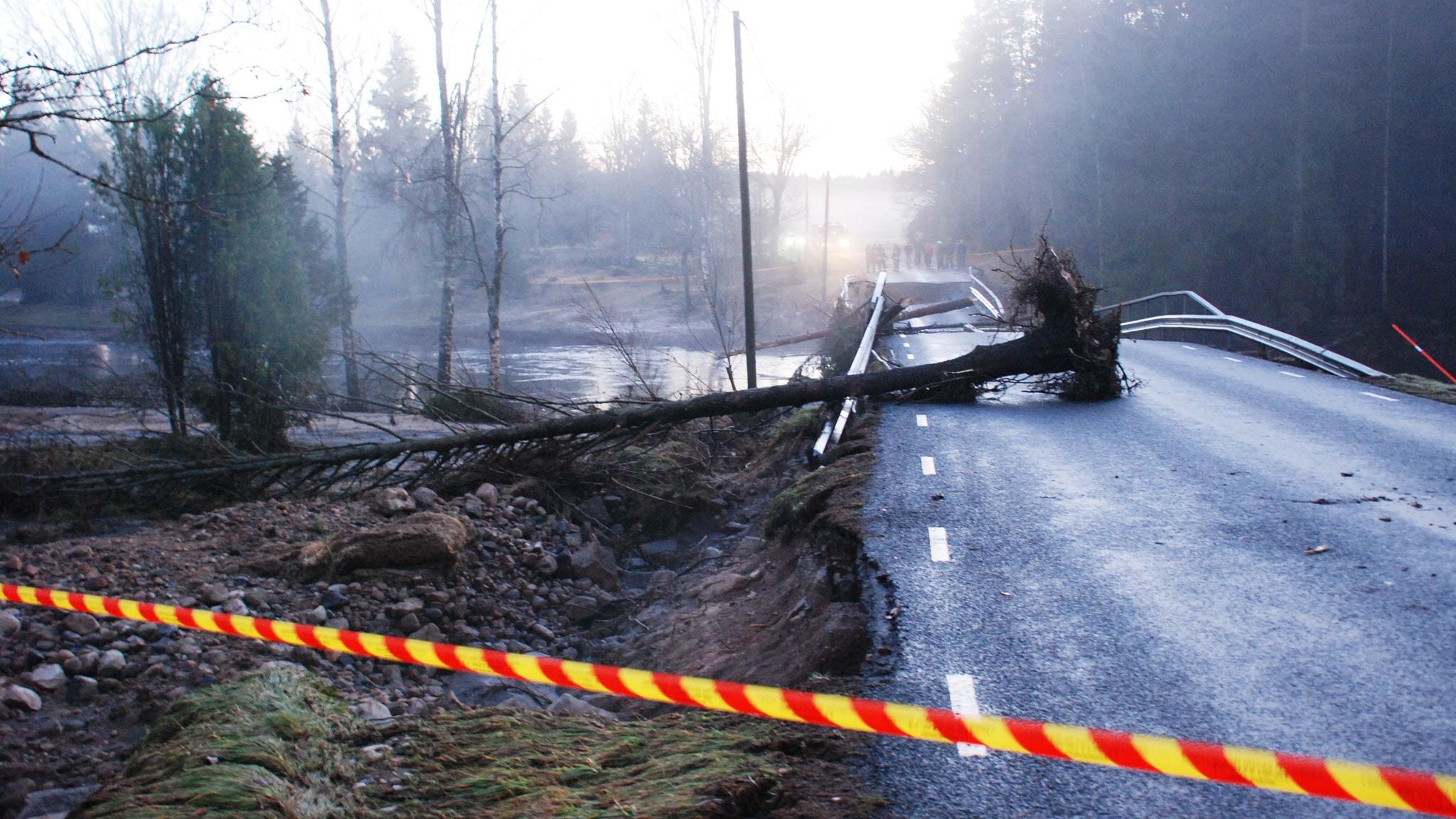 Rasad bro mellan Osby och Verum efter att en kraftverksdamm brustit. Foto: SVT bild.