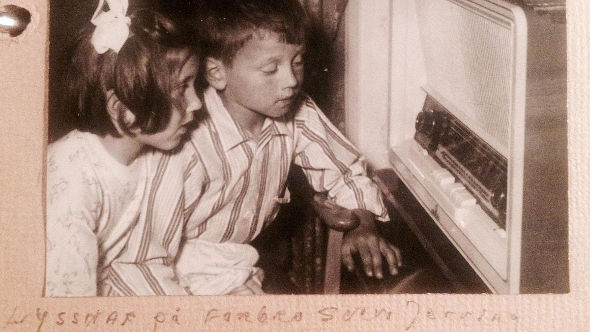 """Öronen på spänn framför radioapparaten. Lyssnar på """"Farbror Sven"""". Foto: Wilhelm Häggström (privat)."""