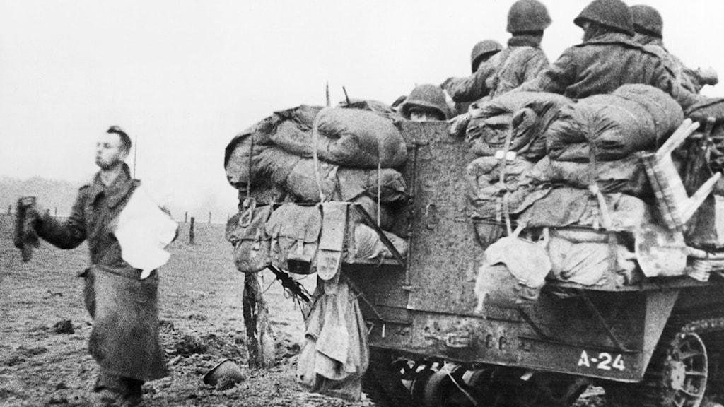 En tysk soldat med vit flagga vid kapitulationen våren 1945./SVT Bild