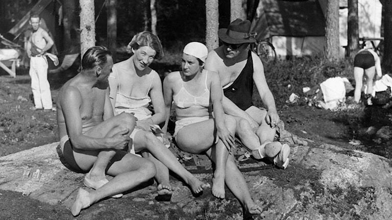 Avkoppling vid Flatenbadet 1935, tre år innan den lagstadgade semestern trädde i kraft./SVT Bild