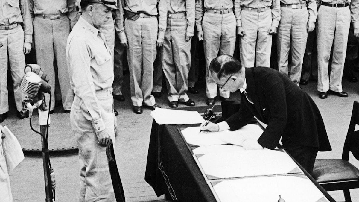 Japans utrikesminister Shigemitsu undertecknar kapitulationen den 2 september 1945./SVT Bild