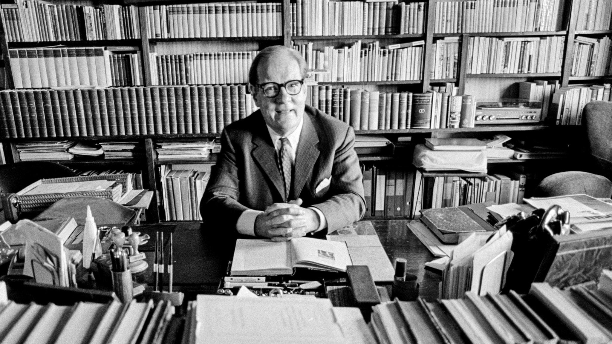 Författaren Sven Stolpe i sitt stora bibliotek.
