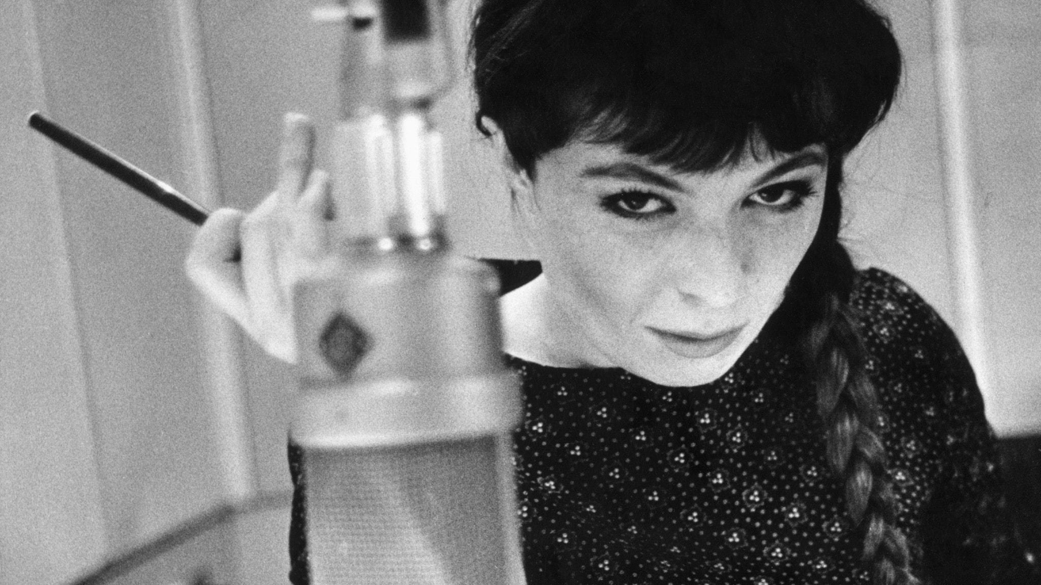 Britt Edwall intill en radiomikrofon