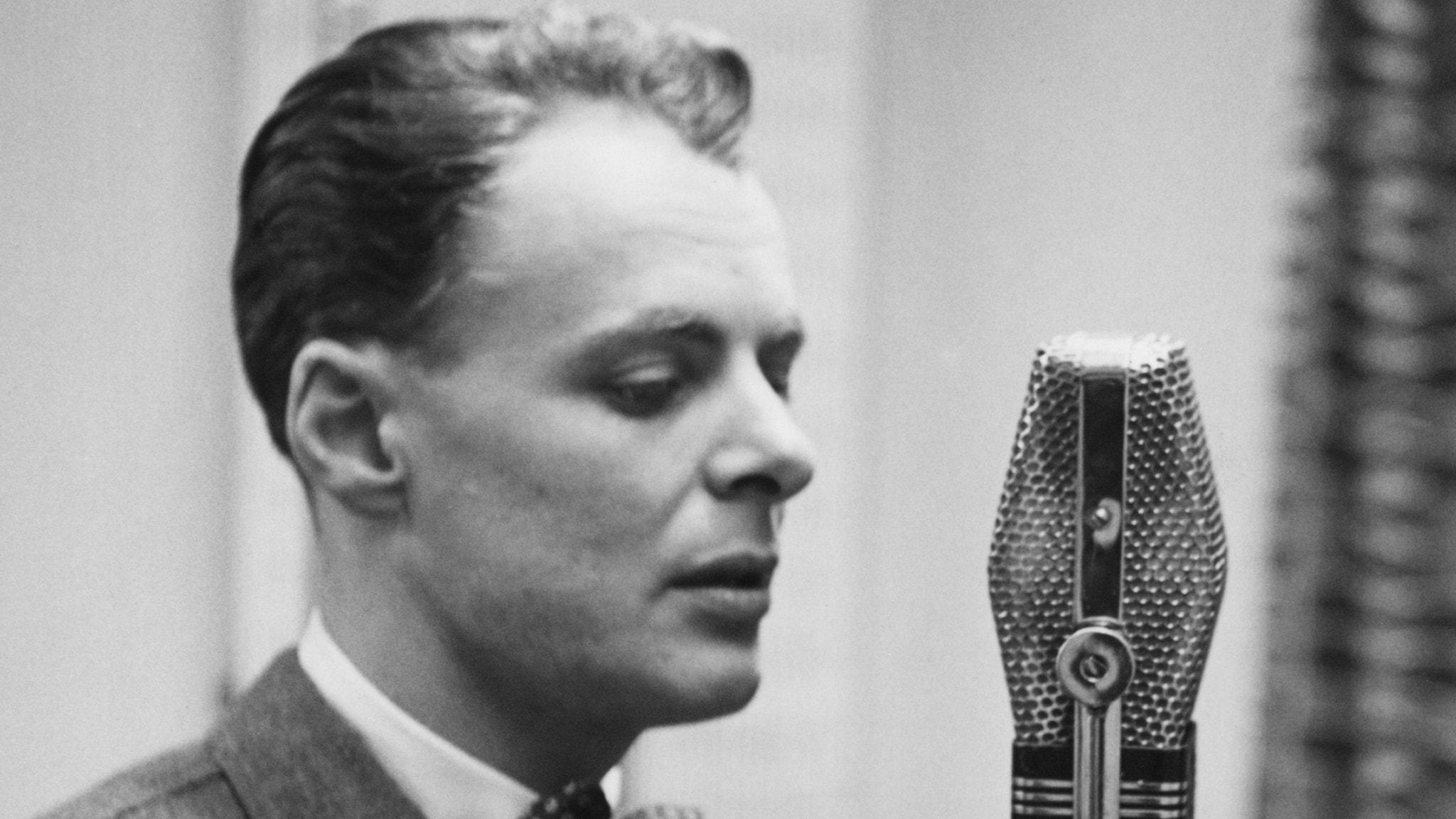 Sven Lindberg spelar in radioteater.