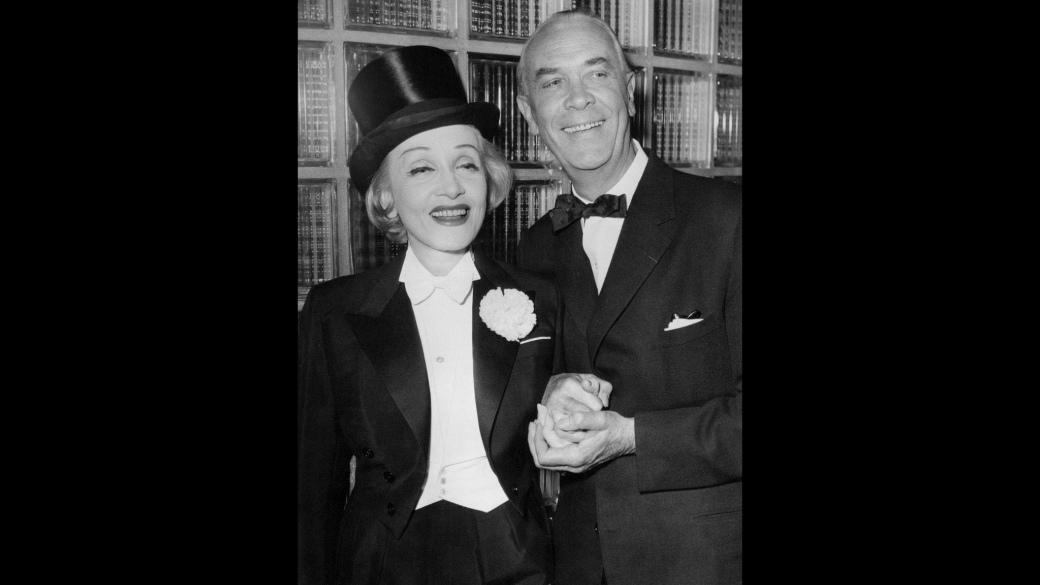 Marlene Dietrich på besök i Sverige där hon träffar Karl Gerhard.