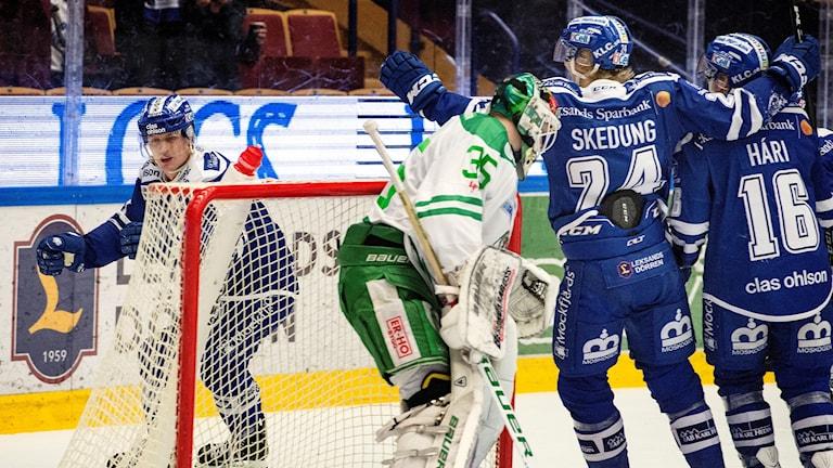 Martin Karlsson (bakom målet) har precis gjort 1-1 i matchen mot Rögle.