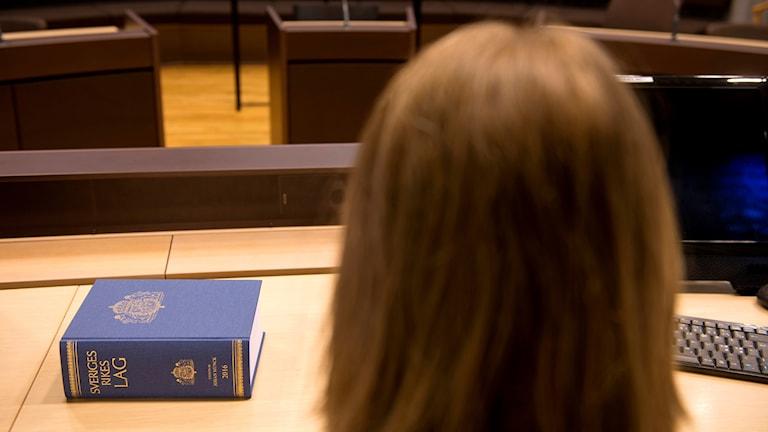 Kvinna i domstol