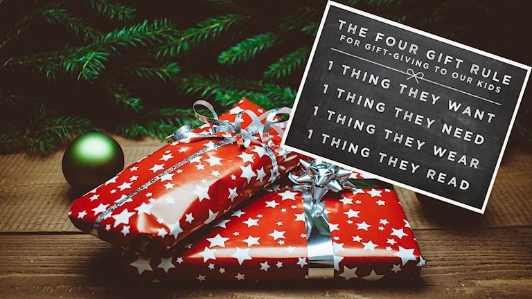 Två julklappar under en gran