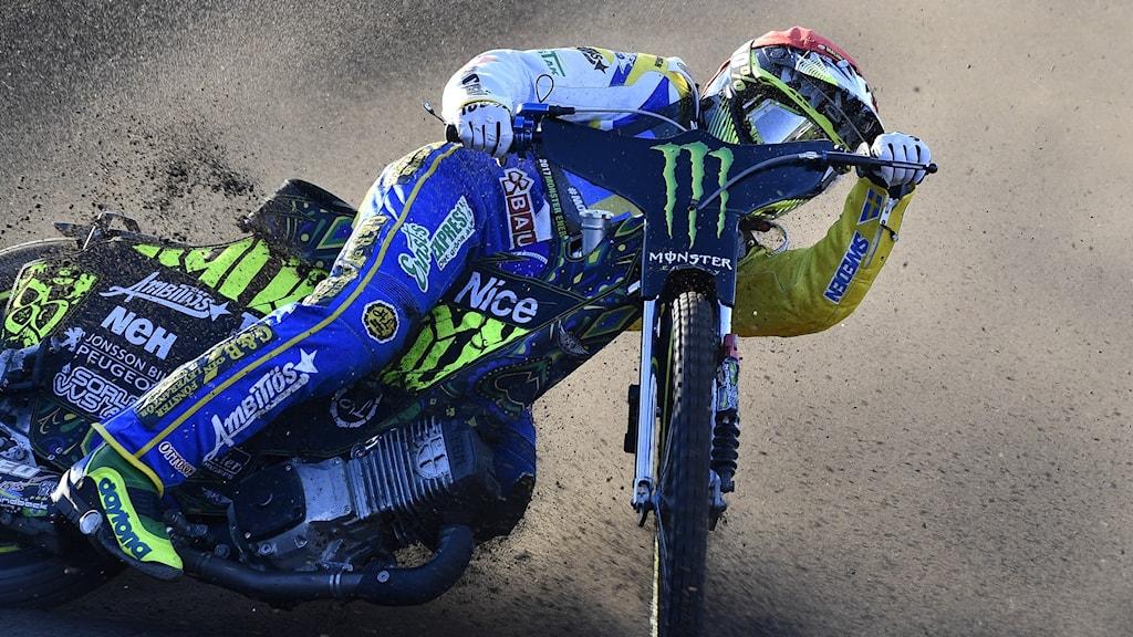 Speedwayförare kör sin motorcykel